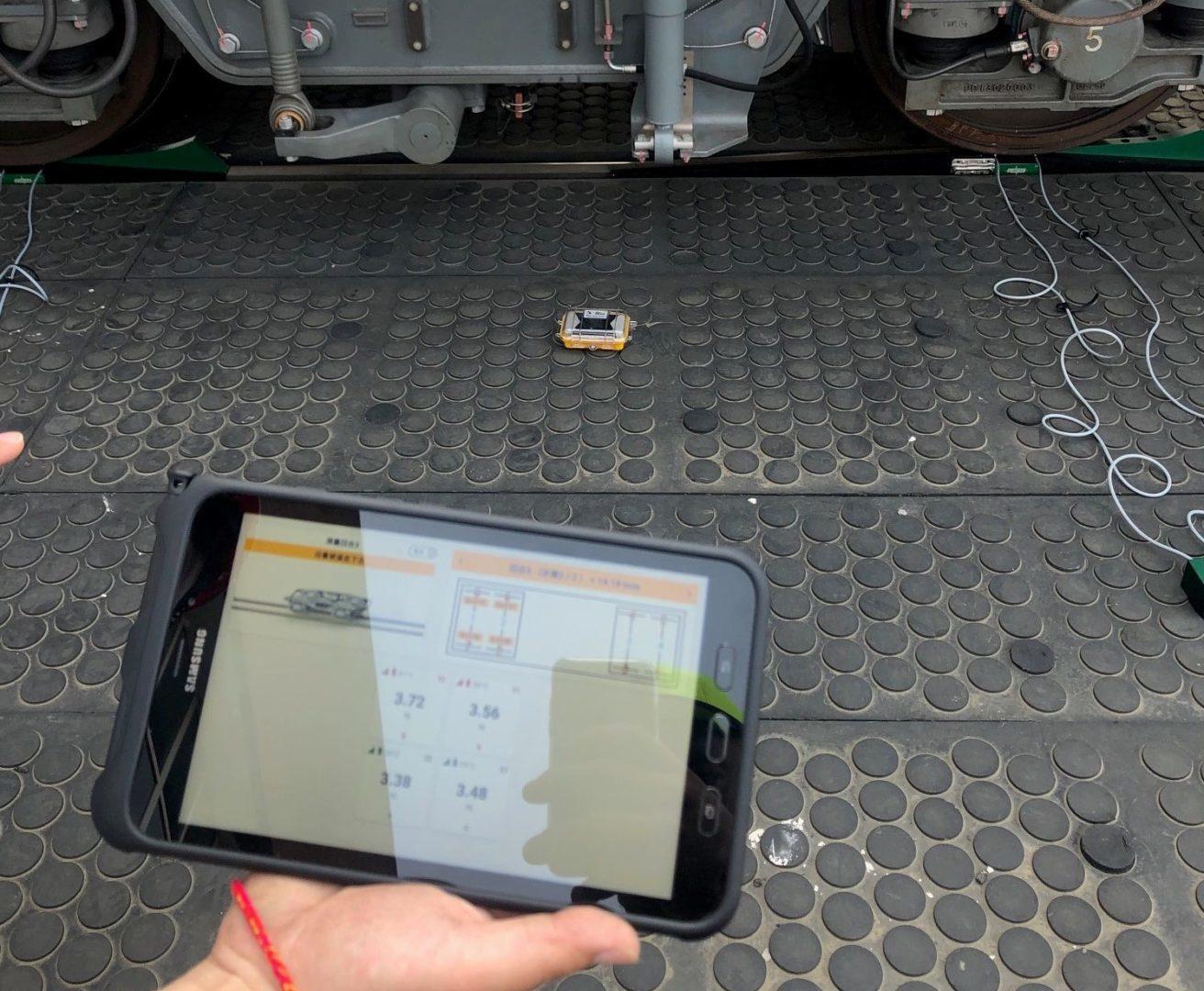 Tablet con App guida per la misura delle forze per ruota